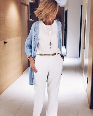 Wie kombinieren: hellblaue Strickjacke mit einer offenen Front, weißes ärmelloses Oberteil aus Chiffon, weiße weite Hose, goldener Ledergürtel