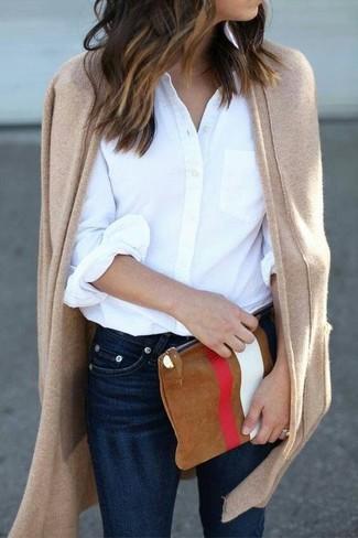 Wie kombinieren: beige Strickjacke mit einer offenen Front, weißes Businesshemd, dunkelblaue enge Jeans, rotbraune bedruckte Wildleder Clutch