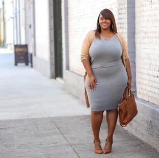 Wie kombinieren: beige Strickjacke mit einer offenen Front, graues figurbetontes Kleid, beige Leder Pumps, rotbraune Shopper Tasche aus Leder