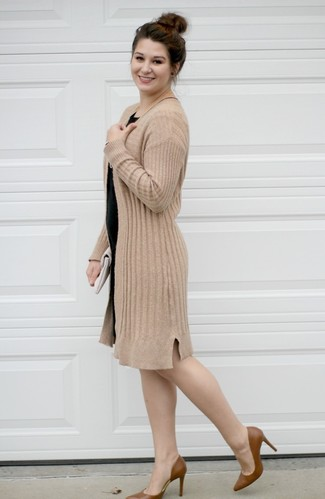 Wie kombinieren: beige Strickjacke mit einer offenen Front, schwarzes figurbetontes Kleid, braune Leder Pumps, weiße Leder Clutch