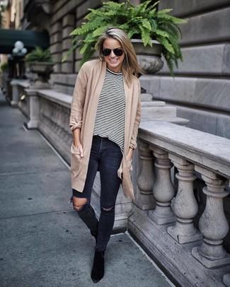 Wie kombinieren: beige Strickjacke mit einer offenen Front, weißes und schwarzes horizontal gestreiftes Langarmshirt, dunkelgraue enge Jeans mit Destroyed-Effekten, schwarze Wildleder Stiefeletten