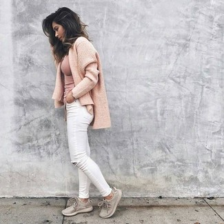 Rosa T-Shirt mit einem Rundhalsausschnitt kombinieren: trends 2020: Diese Kombination aus einem rosa T-Shirt mit einem Rundhalsausschnitt und weißen engen Jeans mit Destroyed-Effekten schafft die gelungene Balance zwischen geradlinigem Tomboy-Look und modischem Stil. Wenn Sie nicht durch und durch formal auftreten möchten, entscheiden Sie sich für hellbeige Sportschuhe.