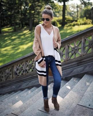 Wie kombinieren: beige horizontal gestreifte Strickjacke mit einer offenen Front, weißes Trägershirt, dunkelblaue enge Jeans, olivgrüne Wildleder Stiefeletten