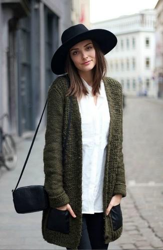 Olivgrüne Strickjacke kombinieren – 32 Damen Outfits: Um ein wunderbares, entspanntes Outfit zu erzeugen, sind eine olivgrüne Strickjacke und schwarze enge Jeans ganz wunderbar geeignet.