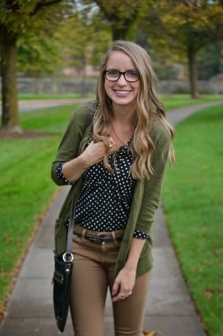 Olivgrüne Strickjacke kombinieren – 32 Damen Outfits: Probieren Sie die Paarung aus einer olivgrünen Strickjacke und braunen engen Jeans, wenn Sie einen entspannten und modernen Look wollen.