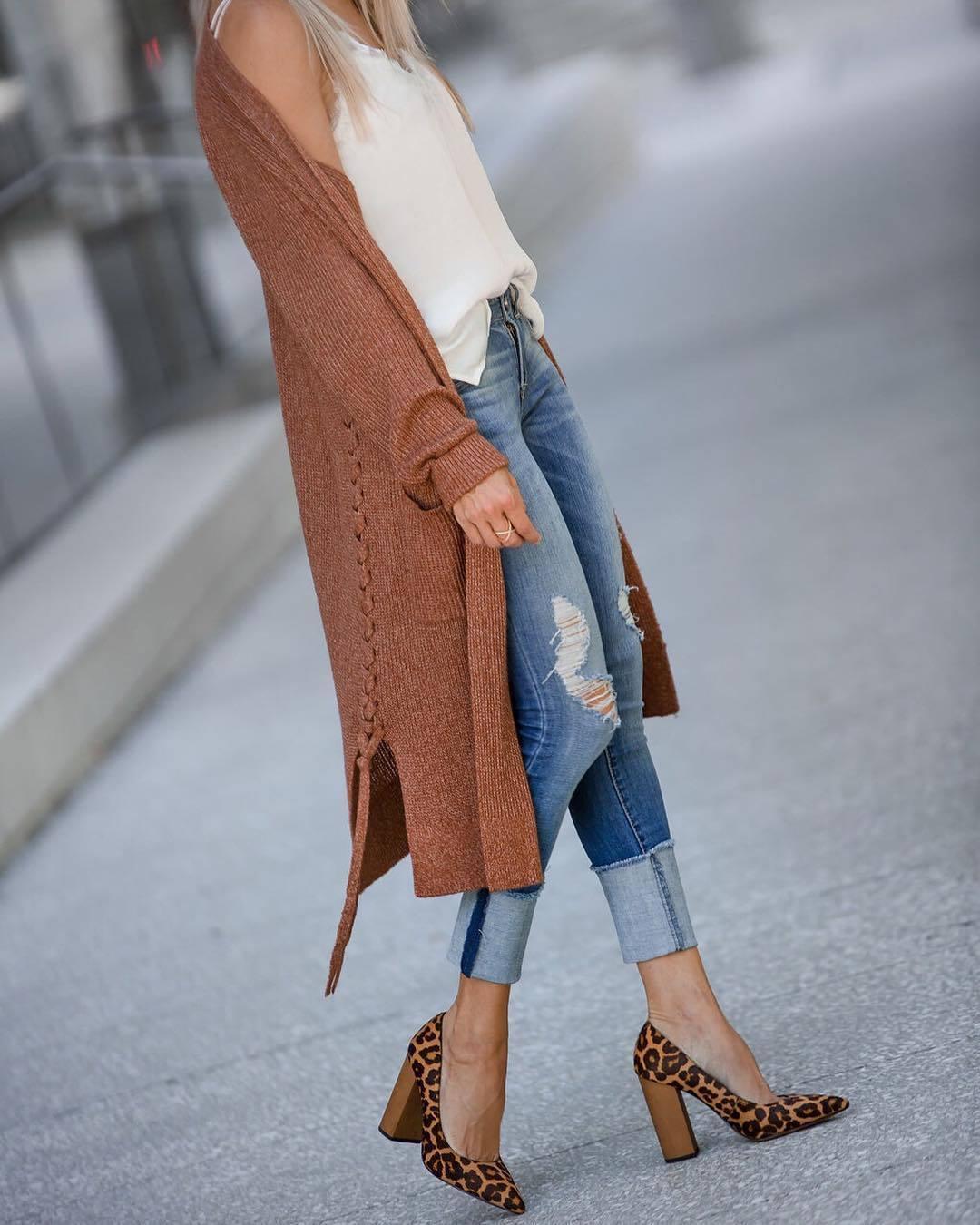 braune Strickjacke mit einer offenen Front, weißes und