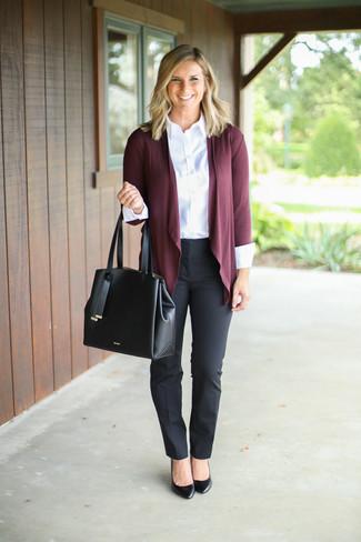 Schwarze Anzughose kombinieren: trends 2020: Möchten Sie einen interessanten, lockeren Look erzielen, ist die Paarung aus einer dunkelroten Strickjacke mit einer offenen Front und einer schwarzen Anzughose ganz super. Schwarze Leder Pumps sind eine kluge Wahl, um dieses Outfit zu vervollständigen.