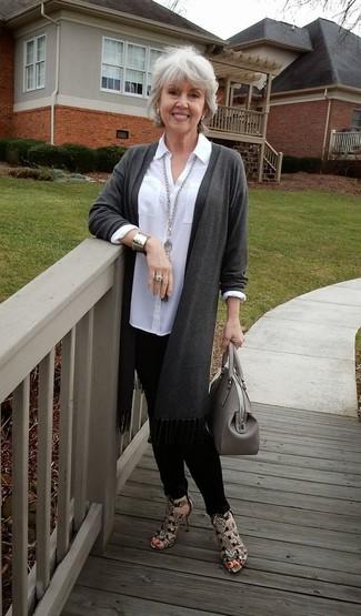 50 Jährige: Graue Shopper Tasche aus Leder kombinieren: Eine dunkelgraue Strickjacke mit einer offenen Front und eine graue Shopper Tasche aus Leder erzeugen ein lässiges City-Outfit, das aber immer modisch bleibt. Braune Leder Sandaletten mit Schlangenmuster sind eine gute Wahl, um dieses Outfit zu vervollständigen.