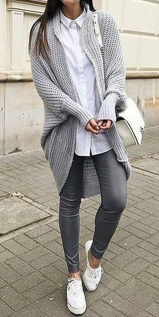 Tragen Sie eine graue strick strickjacke mit einer offenen front und eine graue enge hose aus leder und Sie werden wie ein richtiges Babe aussehen. Bringen Sie die Dinge durcheinander, indem Sie weißen leder niedrige sneakers mit diesem Outfit tragen.