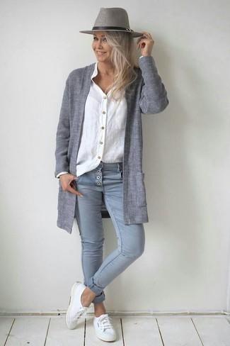 Wie kombinieren: graue Strickjacke mit einer offenen Front, weißes Leinen Businesshemd, graue enge Jeans, weiße Segeltuch niedrige Sneakers