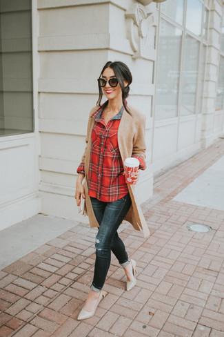 Wie kombinieren: beige Strick Strickjacke mit einer offenen Front, rotes Businesshemd mit Schottenmuster, schwarze enge Jeans mit Destroyed-Effekten, hellbeige Leder Pumps