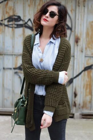 Wie kombinieren: olivgrüne Strick Strickjacke mit einer offenen Front, hellblaues Businesshemd, dunkelgraue enge Jeans, dunkelgrüne Leder Umhängetasche