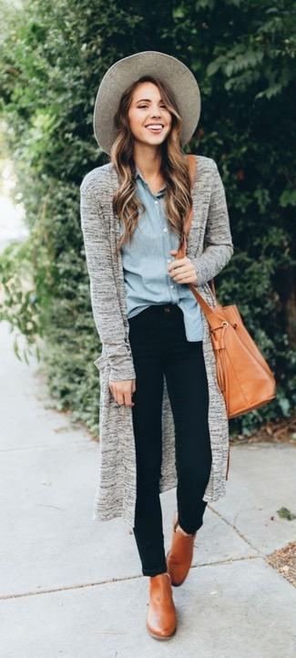 Wie kombinieren: graue Strickjacke mit einer offenen Front, hellblaues Chambray Businesshemd, schwarze enge Jeans, beige Leder Stiefeletten