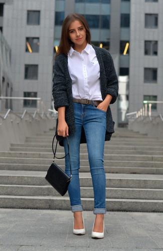 Wie kombinieren: dunkelgraue Strick Strickjacke mit einer offenen Front, weißes Businesshemd, blaue enge Jeans, weiße Leder Pumps