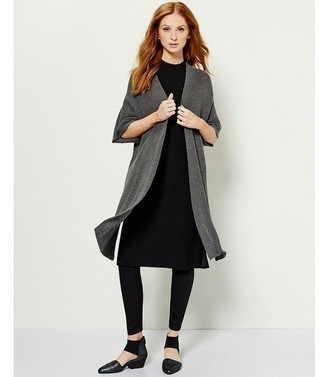 Entscheiden Sie sich für Komfort in einem schwarzen sweatkleid und schwarzen leggings. Schalten Sie Ihren Kleidungsbestienmodus an und machen schwarzen leder pumps zu Ihrer Schuhwerkwahl.