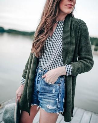 Shorts kombinieren – 500+ Damen Outfits: Wer perfekt aber locker gekleidet sein will, setzt oft auf geniale Looks, wie zum Beispiel diese Kombi aus einer dunkelgrünen Strick Strickjacke mit einer offenen Front und Shorts.