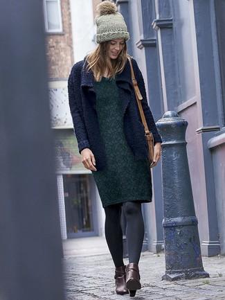 Wie kombinieren: dunkelblaue Strick Strickjacke mit einer offenen Front, dunkelgrünes Etuikleid mit Blumenmuster, dunkelbraune Leder Stiefeletten, beige Leder Umhängetasche