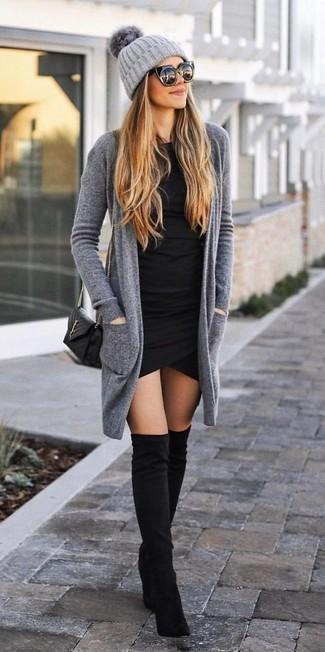 Wie kombinieren: graue Strickjacke mit einer offenen Front, schwarzes figurbetontes Kleid, schwarze Overknee Stiefel aus Wildleder, schwarze gesteppte Leder Umhängetasche