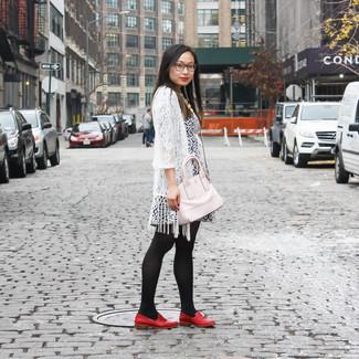 Wie kombinieren: weiße Spitze Strickjacke mit einer offenen Front, dunkelblaues und weißes Freizeitkleid mit Blumenmuster, rote Leder Slipper, rosa Leder Umhängetasche