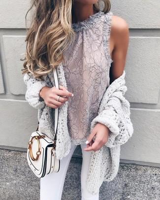 Vereinigen Sie eine graue strick strickjacke mit einer offenen front mit weißen engen jeans für ein sonntägliches Mittagessen mit Freunden.