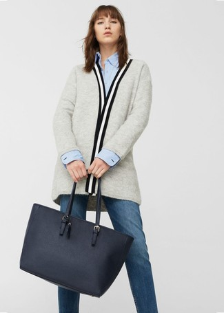 Wie kombinieren: graue Strickjacke mit einer offenen Front, hellblaues Businesshemd, dunkelblaue Jeans, dunkelblaue Shopper Tasche aus Leder