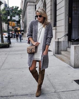 Erwägen Sie das Tragen von einer grauen strick strickjacke mit einer offenen front für damen von DKNY und einem weißen gerade geschnittenem kleid, um mühelos alles zu meistern, was auch immer der Tag bringen mag. Olivgrüne overknee stiefel aus wildleder bringen klassische Ästhetik zum Ensemble.