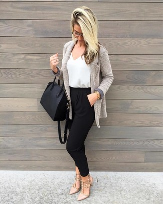 Diese Kombination aus einer grauen strick strickjacke mit einer offenen front von DKNY und einer schwarzen karottenhose fällt genau aus den richtigen Gründen auf. Komplettieren Sie Ihr Outfit mit hellbeige leder pumps, um Ihr Modebewusstsein zu zeigen.