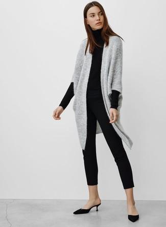 Wie kombinieren: graue Strick Strickjacke mit einer offenen Front, schwarzer Rollkragenpullover, schwarze enge Hose, schwarze Satin Pantoletten