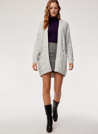 Wie kombinieren: graue Strick Strickjacke mit einer offenen Front, violetter Rollkragenpullover, grauer Minirock, schwarze Leder mittelalte Stiefel