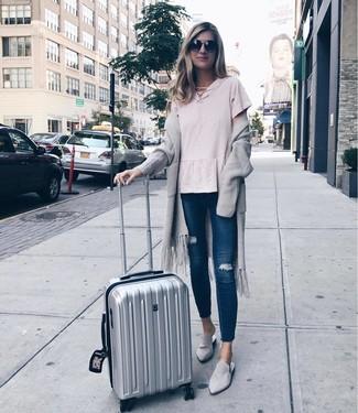 Halten Sie Ihr Outfit locker mit einer grauen strick strickjacke mit einer offenen front und dunkelblauen engen jeans mit destroyed-effekten. Setzen Sie bei den Schuhen auf die klassische Variante mit grauen wildleder slippern.