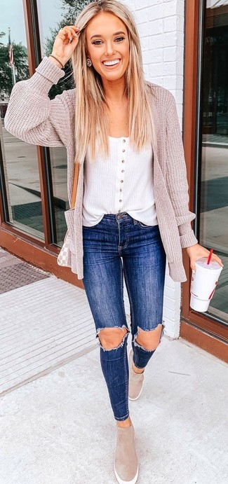 Wie kombinieren: hellbeige Strick Strickjacke mit einer offenen Front, weißes Trägershirt, blaue enge Jeans mit Destroyed-Effekten, hellbeige Slip-On Sneakers aus Wildleder