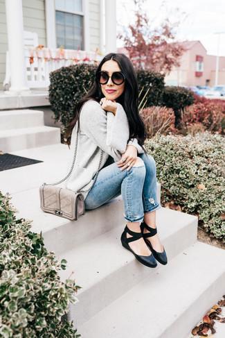 Wie kombinieren: graue Strickjacke mit einer offenen Front, hellblaue Jeans mit Destroyed-Effekten, schwarze Leder Ballerinas, graue gesteppte Leder Umhängetasche