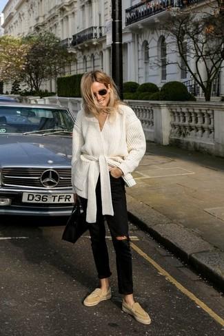 Damen Outfits 2020: Mit dieser Paarung aus einer weißen Strickjacke mit einer offenen Front und schwarzen Jeans mit Destroyed-Effekten werden Sie die ideale Balance zwischen einem Trend-Look und modischem Schick erreichen. Putzen Sie Ihr Outfit mit beige Wildleder Slippern.