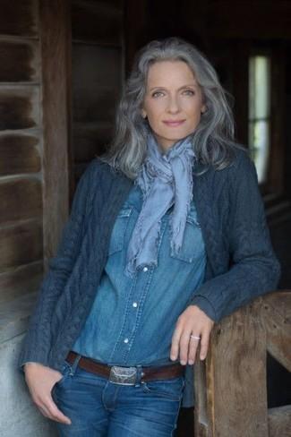 60 Jährige: Smart-Casual Outfits Damen 2020: Möchten Sie ein stilvolles Casual-Outfit erzielen, ist diese Kombination aus einer dunkelblauen Strick Strickjacke mit einer offenen Front und blauen Jeans ganz prima.