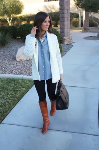 Wie kombinieren: weiße Strick Strickjacke mit einer offenen Front, hellblaues Jeanshemd, schwarze Leggings, rotbraune kniehohe Stiefel aus Leder