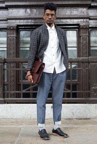 Braune Leder Aktentasche kombinieren: trends 2020: Eine dunkelgraue Strickjacke mit einer offenen Front und eine braune Leder Aktentasche sind eine perfekte Wochenend-Kombination. Fühlen Sie sich ideenreich? Komplettieren Sie Ihr Outfit mit schwarzen Leder Derby Schuhen.