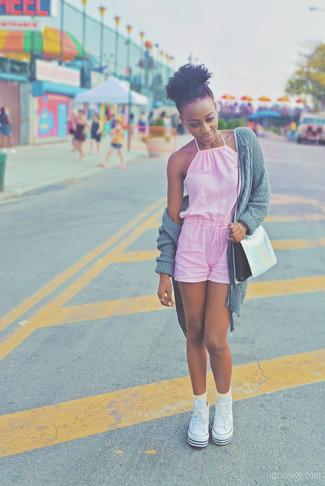Wie kombinieren: graue Strick Strickjacke mit einer offenen Front, rosa kurzer Jumpsuit, weiße hohe Sneakers aus Segeltuch, silberne Leder Umhängetasche