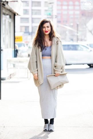 Wie kombinieren: hellbeige Strick Strickjacke mit einer offenen Front, graues kurzes Oberteil, grauer Maxirock, graue Wildleder Pantoletten