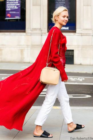 Rote Strickjacke kombinieren – 6 Sommer Damen Outfits: Eine rote Strickjacke und eine weiße Chinohose sind absolut Alltags-Basics und können mit einer Vielzahl von Stücken kombiniert werden. Suchen Sie nach leichtem Schuhwerk? Ergänzen Sie Ihr Outfit mit schwarzen flachen Sandalen aus Leder für den Tag. Dieser Look ist super prakitsch an heißen Abenden.