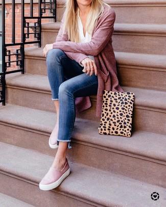 Wie kombinieren: rosa Strickjacke mit einer offenen Front, weiße Langarmbluse, blaue enge Jeans, rosa Slip-On Sneakers aus Leder