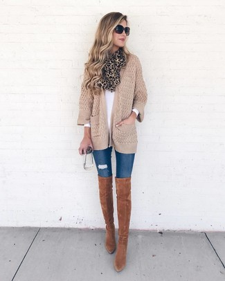 Wie kombinieren: beige Strick Strickjacke mit einer offenen Front, weißes Langarmshirt, blaue enge Jeans mit Destroyed-Effekten, rotbraune Overknee Stiefel aus Wildleder
