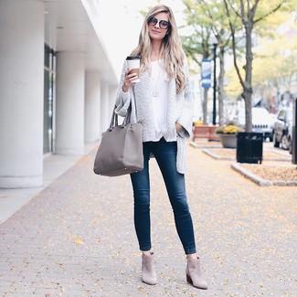 Wie kombinieren: weiße Strick Strickjacke mit einer offenen Front, weißes Langarmshirt, dunkelblaue enge Jeans, graue Wildleder Stiefeletten