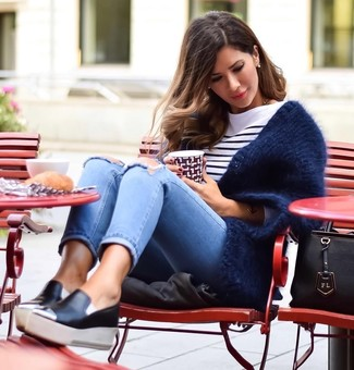 Wie kombinieren: dunkelblaue flauschige Strickjacke mit einer offenen Front, weißes und dunkelblaues horizontal gestreiftes Langarmshirt, hellblaue enge Jeans mit Destroyed-Effekten, schwarze Slip-On Sneakers aus Leder