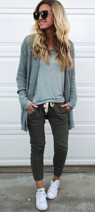 Wie kombinieren: graue Strickjacke mit einer offenen Front, graues Langarmshirt, olivgrüne Jogginghose, weiße Segeltuch niedrige Sneakers