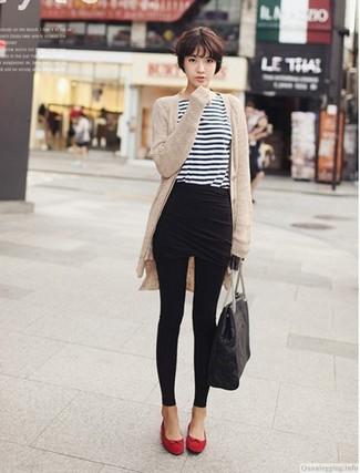 Wie kombinieren: hellbeige Strickjacke mit einer offenen Front, weißes und dunkelblaues horizontal gestreiftes Langarmshirt, schwarzer Minirock, schwarze Leggings