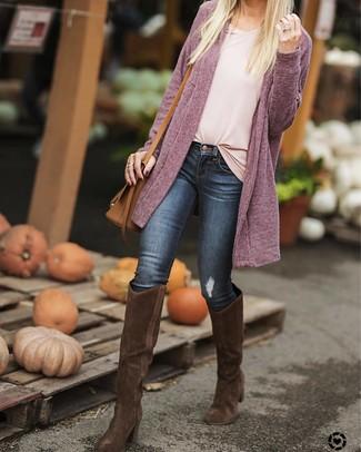 Dunkelbraune kniehohe Stiefel aus Wildleder kombinieren – 29 Damen Outfits: Kombinieren Sie eine lila Strickjacke mit einer offenen Front mit dunkelblauen engen Jeans, um einen stylischen Alltags-Look zu erhalten. Ergänzen Sie Ihr Outfit mit dunkelbraunen kniehohe Stiefeln aus Wildleder, um Ihr Modebewusstsein zu zeigen.