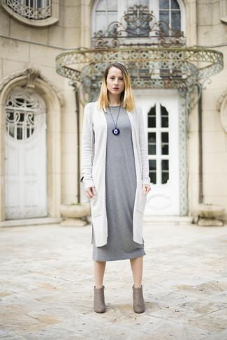 Graues Midikleid kombinieren – 17 Damen Outfits: Probieren Sie diese Kombination aus einem grauen Midikleid und einer weißen Strickjacke mit einer offenen Front für einen Look, der perfekt für den Alltag geeignet ist. Graue Wildleder Stiefeletten sind eine gute Wahl, um dieses Outfit zu vervollständigen.