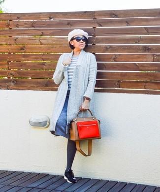 Wie kombinieren: graue Strickjacke mit einer offenen Front, weißer horizontal gestreifter Pullover mit einem Rundhalsausschnitt, blauer A-Linienrock, schwarze Sportschuhe