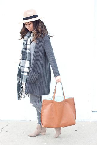 Eine graue strick strickjacke mit einer offenen front für damen von DKNY und graue enge jeans mit destroyed-effekten sind eine perfekte Wochenend-Kombination. Hellbeige wildleder stiefeletten putzen umgehend selbst den bequemsten Look heraus.