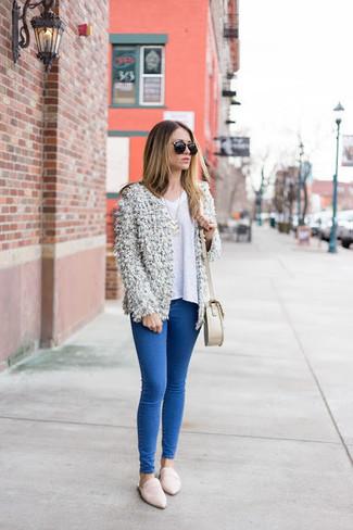 Wie kombinieren: weiße flauschige Strickjacke mit einer offenen Front, weißer Pullover mit einem V-Ausschnitt, blaue enge Jeans, weiße Leder Slipper